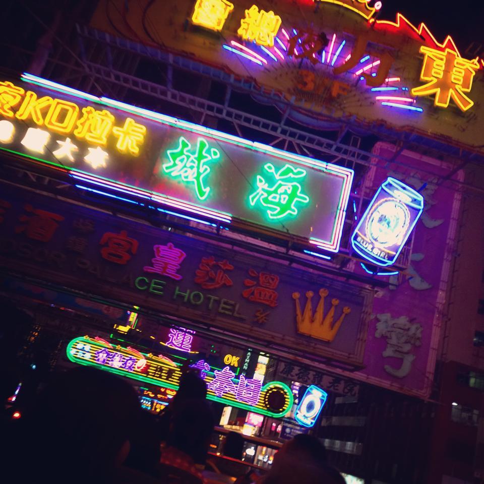 【香港の魅力凝縮】ネオン看板に夜景、夜市を楽しむ「パンダバス」で巡るツアー