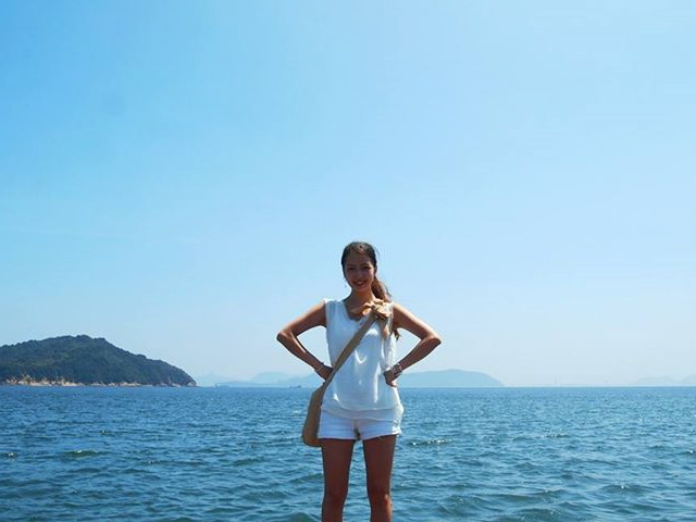 直島にて、瀬戸内海をバックに
