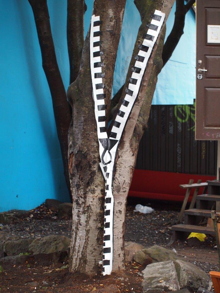 木にファスナー