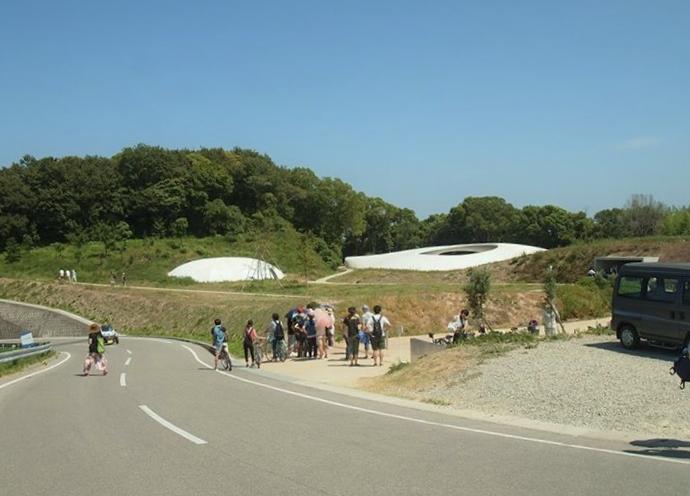山道の途中に豊島美術館