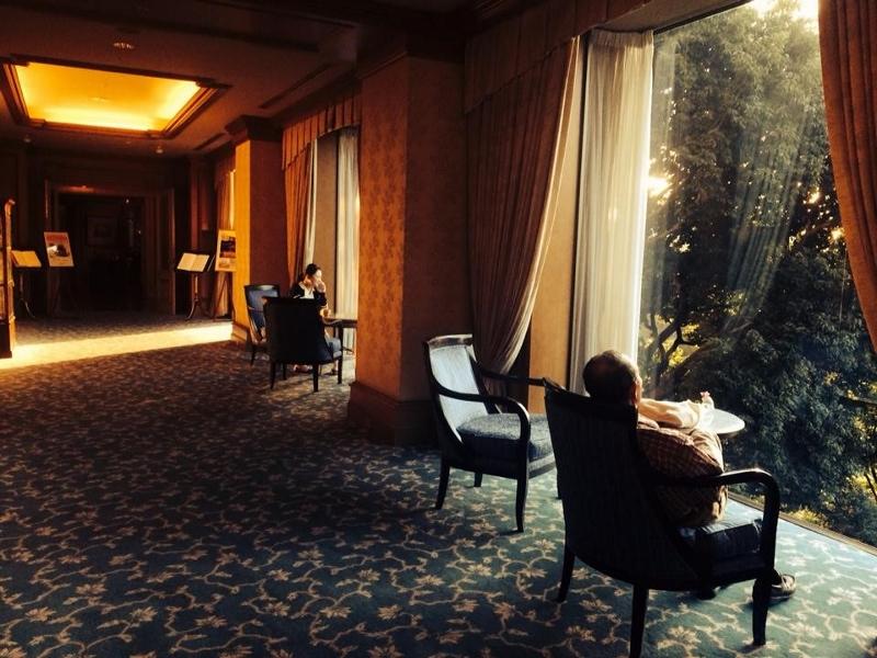 椅子のある廊下