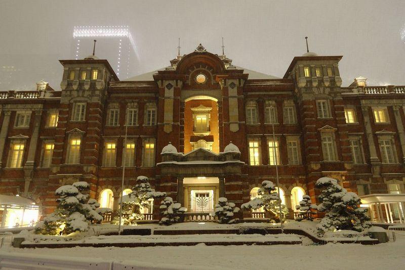 雪景色の東京駅