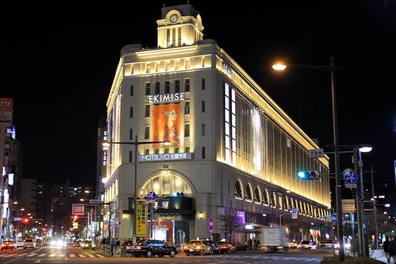 ライトアップされた浅草駅の夜景