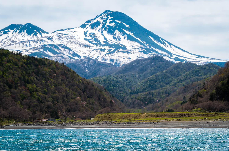 知床クルーズ船と山