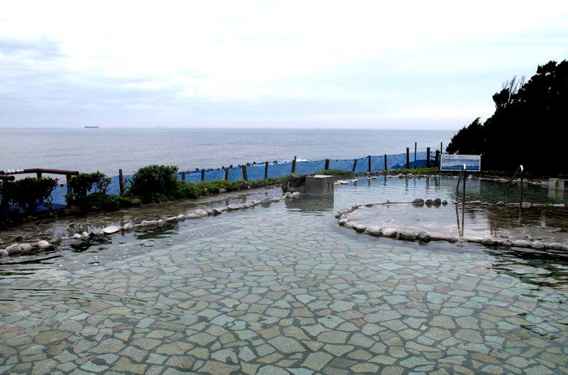 伊豆大島の海と山を一望できる温泉露天風呂ー浜の湯