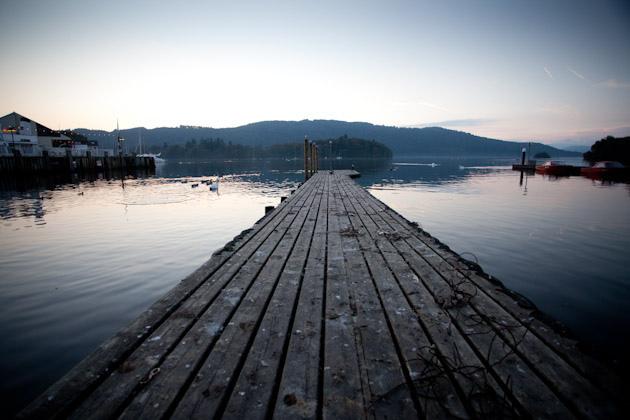 湖に続く橋