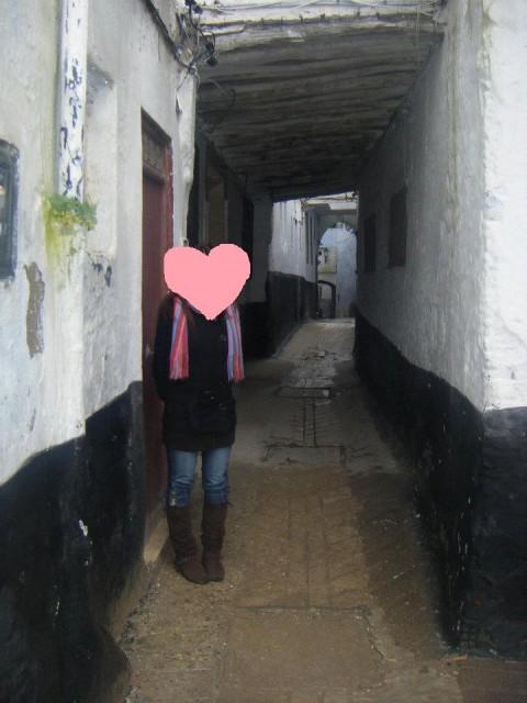 壁の中の狭い道