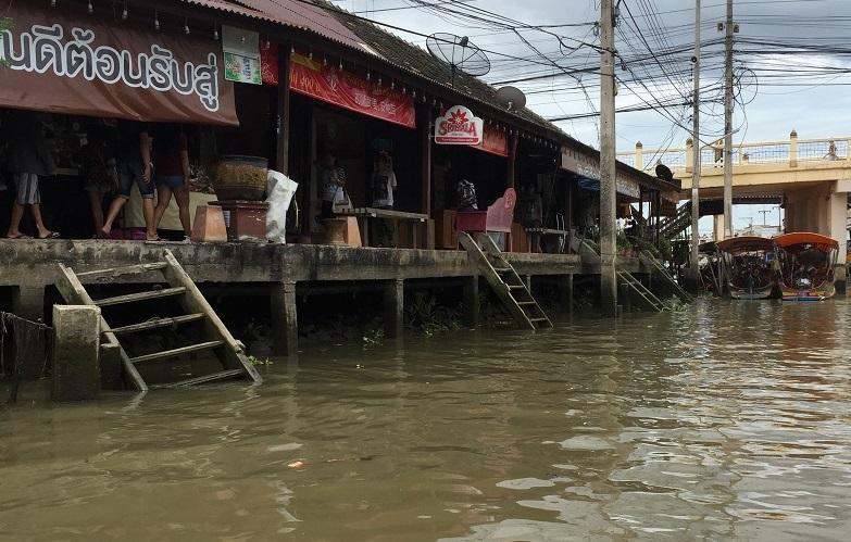 アムパワーの水上のお店