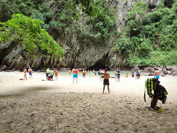 洞窟を抜けた先のビーチ