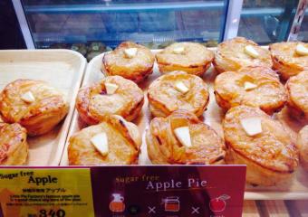 焼き立てアップルパイが並ぶショーケース