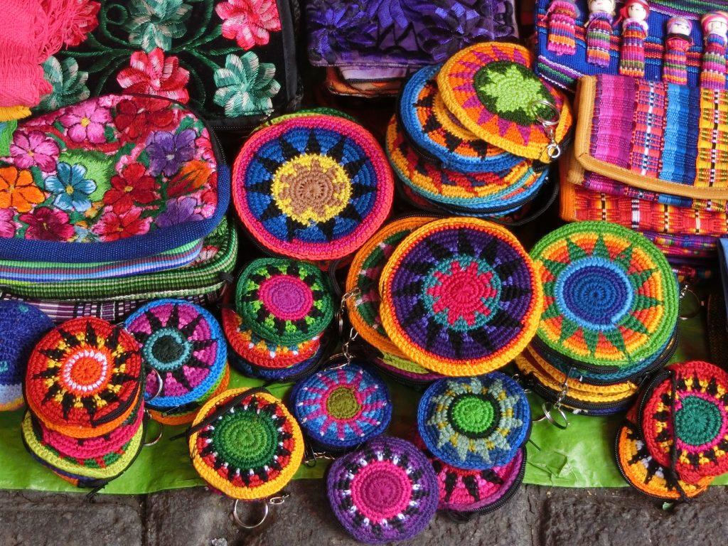 メキシコでお土産を買うなら、カラフルでキュートな雑貨が揃うインスルヘンテス市場へ!