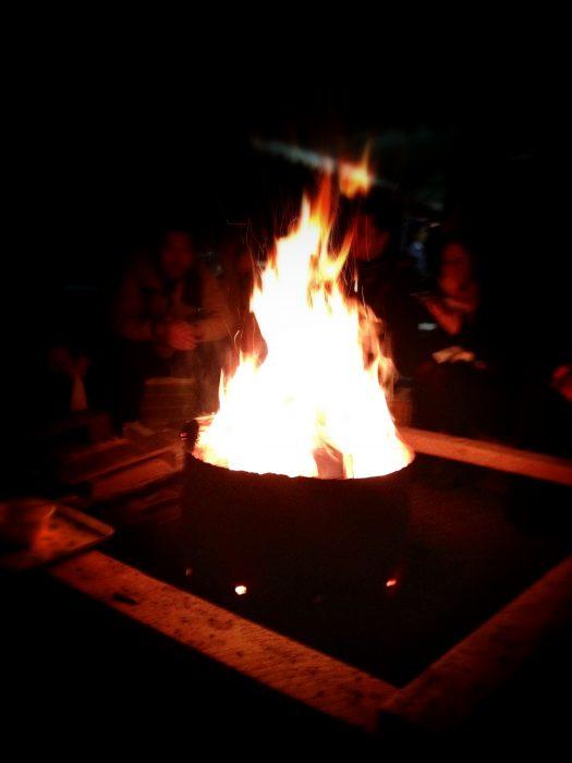 曽木公園の屋台まわりのたき火に癒されます。