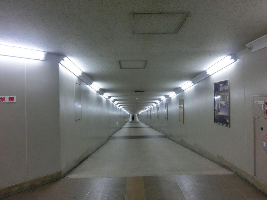 成田空港には、ただまっすぐな一本道の「秘密の地下道」がある。