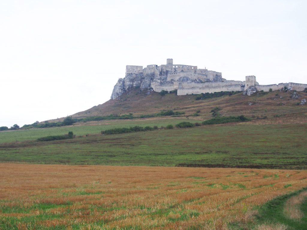 ラピュタの城っぽい「スピシュ城」は、火災で焼け落ちた明るい廃墟だった