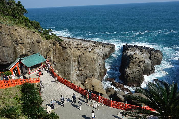 断崖絶壁の神社「鵜戸神宮」で、「運玉」という玉を投げてみた結果は…?