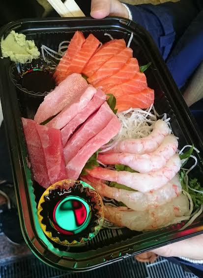 鮮魚木村で食べ歩きができます