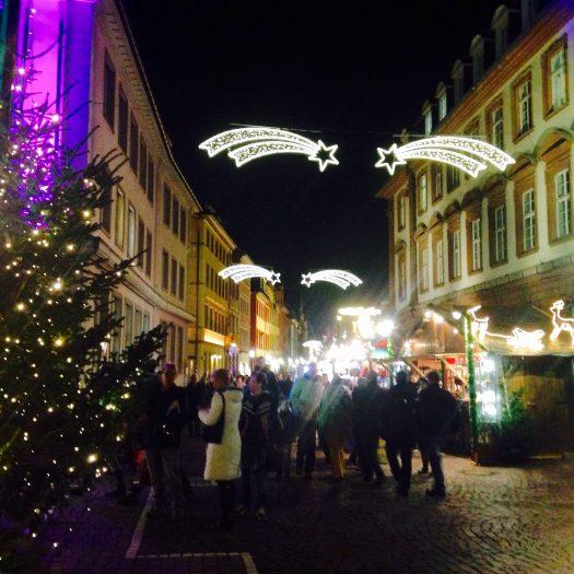 クリスマスマーケット夜の街並み
