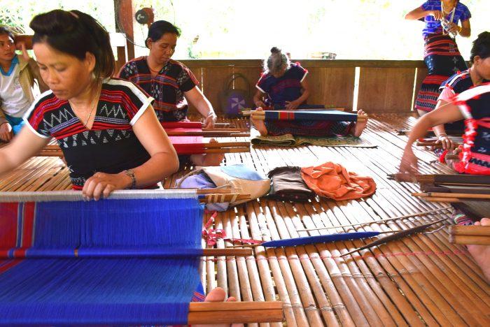 カトゥー族の織物工房