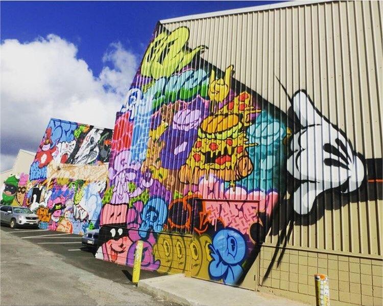 ハワイ「カカアコ地区」には、迫力のウォールアートとお洒落なカフェがたくさんありました!