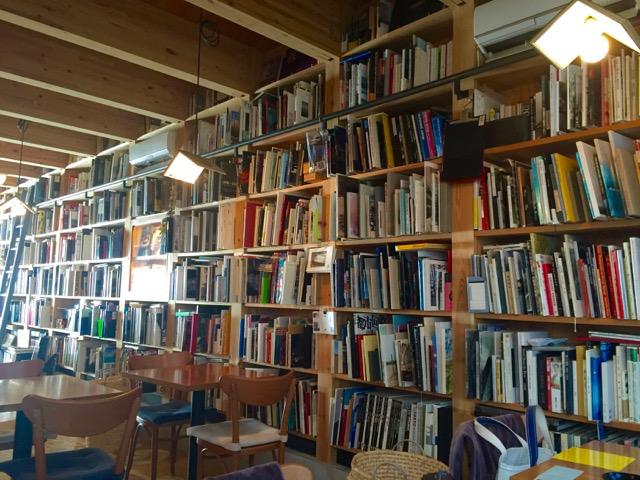 5,000冊の写真集に囲まれる「写真集食堂めぐたま」っていったいどんなところ?