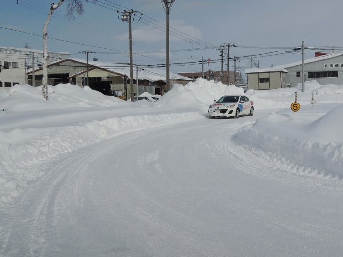 ドライビングスクールで学んできた冬道安全運転の原則