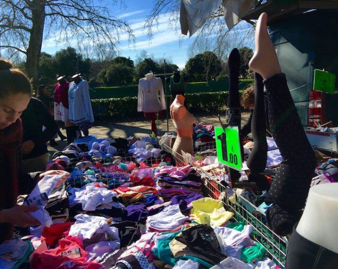 下着屋台って何!?これが本物の市場、フィレンツェ・カッシーネの市場です。