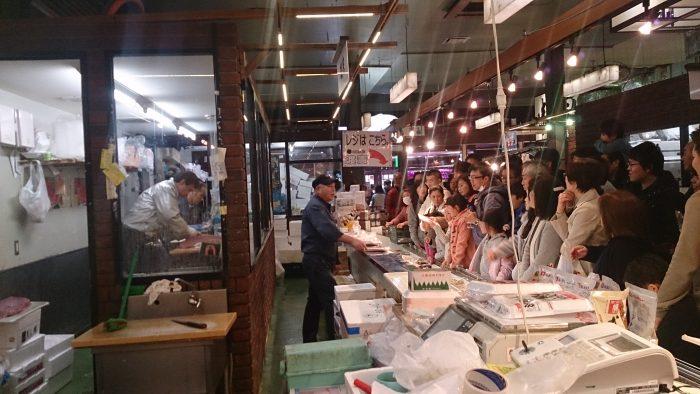 マグロの解体ショーも!大勢の人で賑わう「仙台杜の市場」