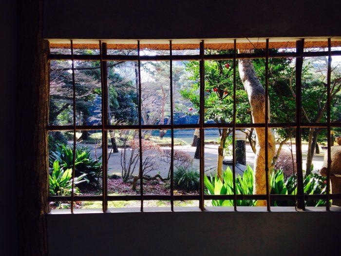 窓から見る小石川庭園の風景