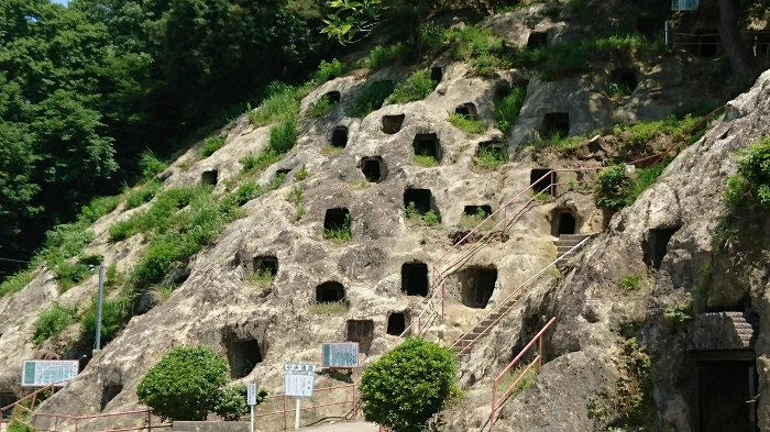 尋常じゃない数の穴があいている、埼玉の謎「吉見百穴」を探検してきた