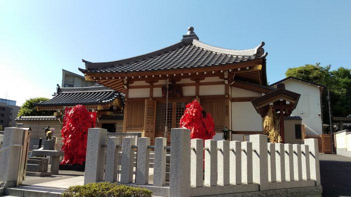 おしりのお悩み解決!赤札がびっしり貼られた仁王様がいる東覚寺で痔を治す