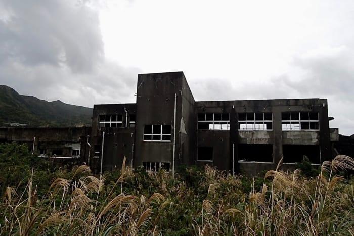 東京・三宅島が廃墟ファンにオススメなのは、噴火で埋まった学校や鳥居が現存するから