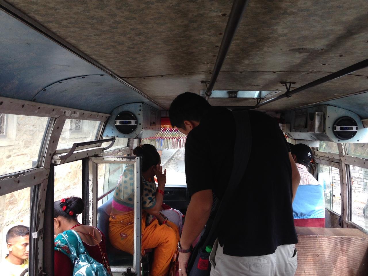 ネパールのローカルバスも小さい