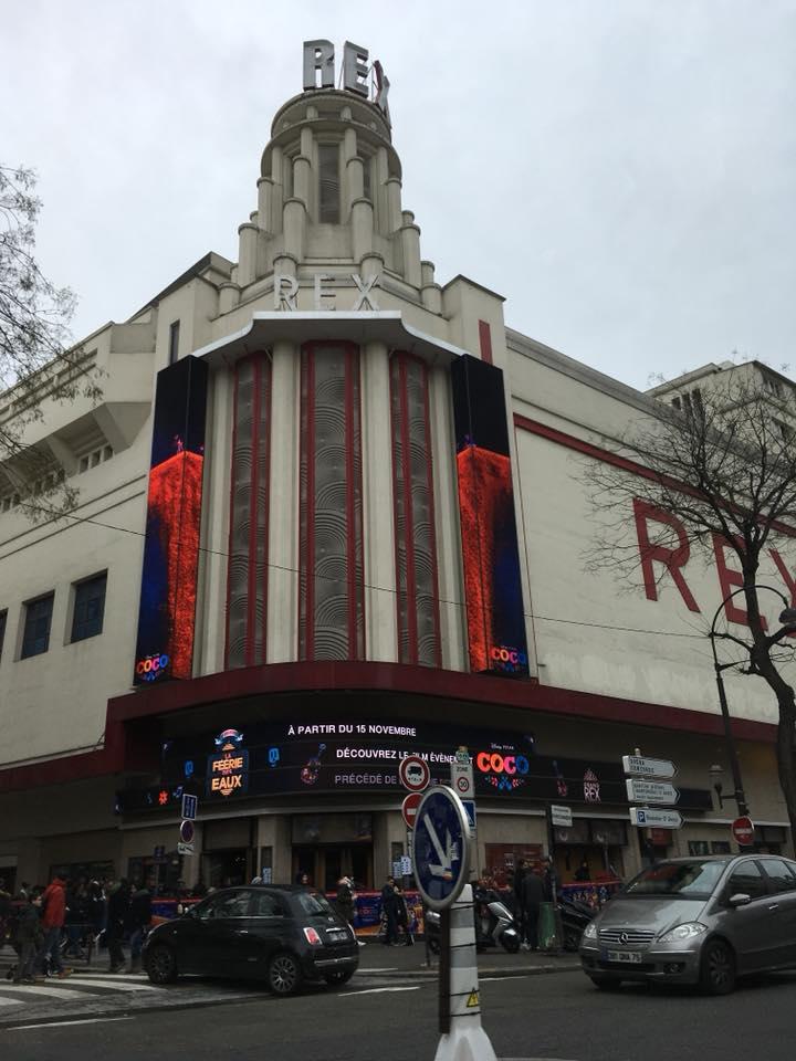 パリのエンターテイメントと言えば、噴水ショーのある旧い映画館も健在。