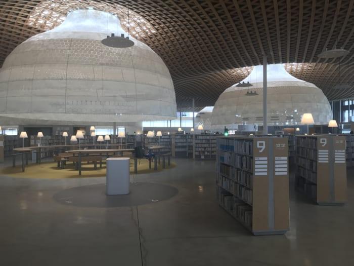 東海 図書館内観